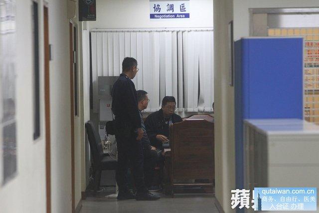 两方在警察局内协调和解。