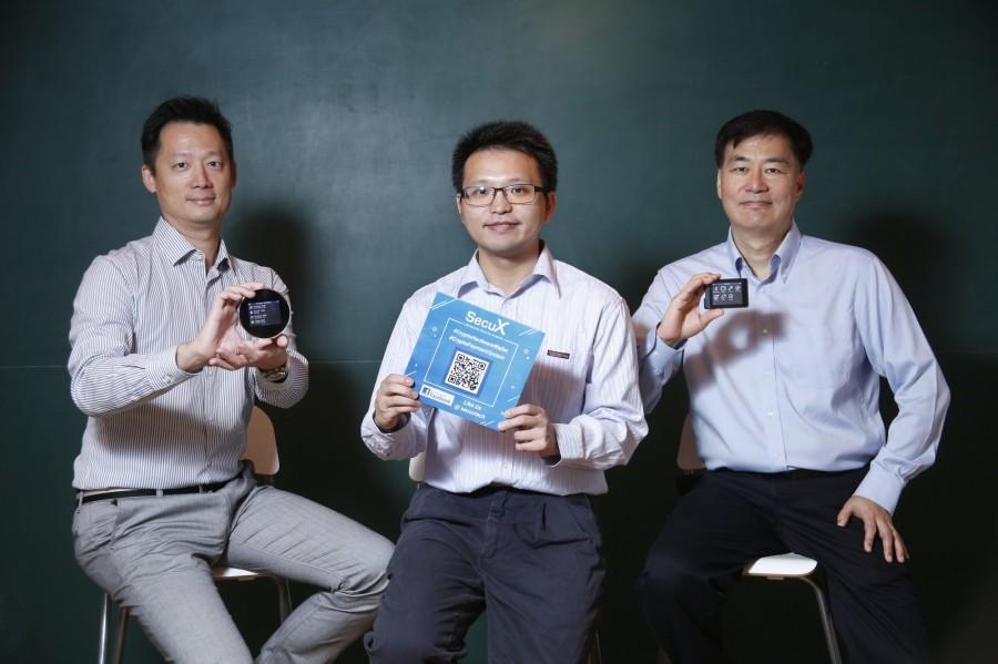 公司核心团队展示硬件产品