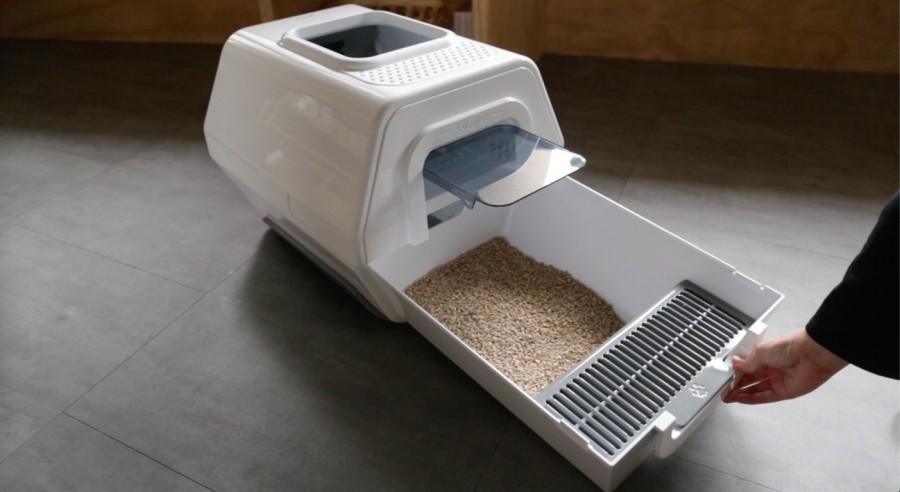 团队花费一年半时间,来来回回修改了11种的猫砂盆设计,做出一款方便清理、猫咪喜爱使用的猫砂盆。
