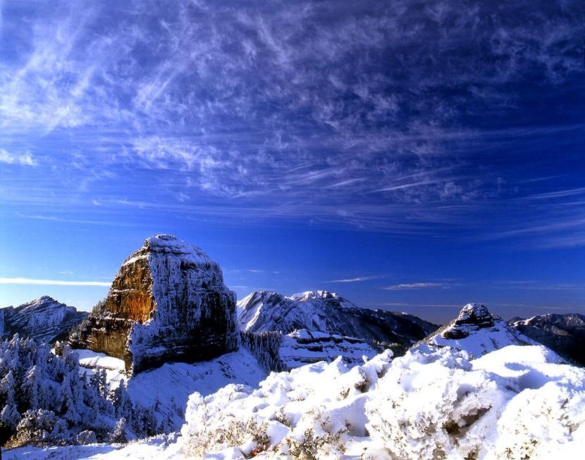 冬天山顶积雪