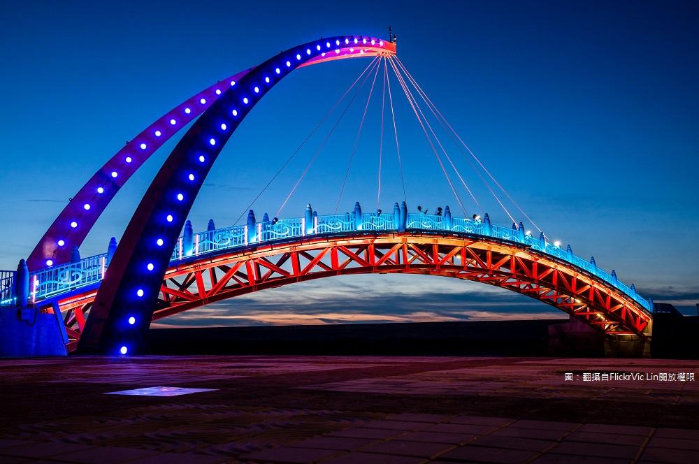 夜晚桥上灯光开启分外美丽