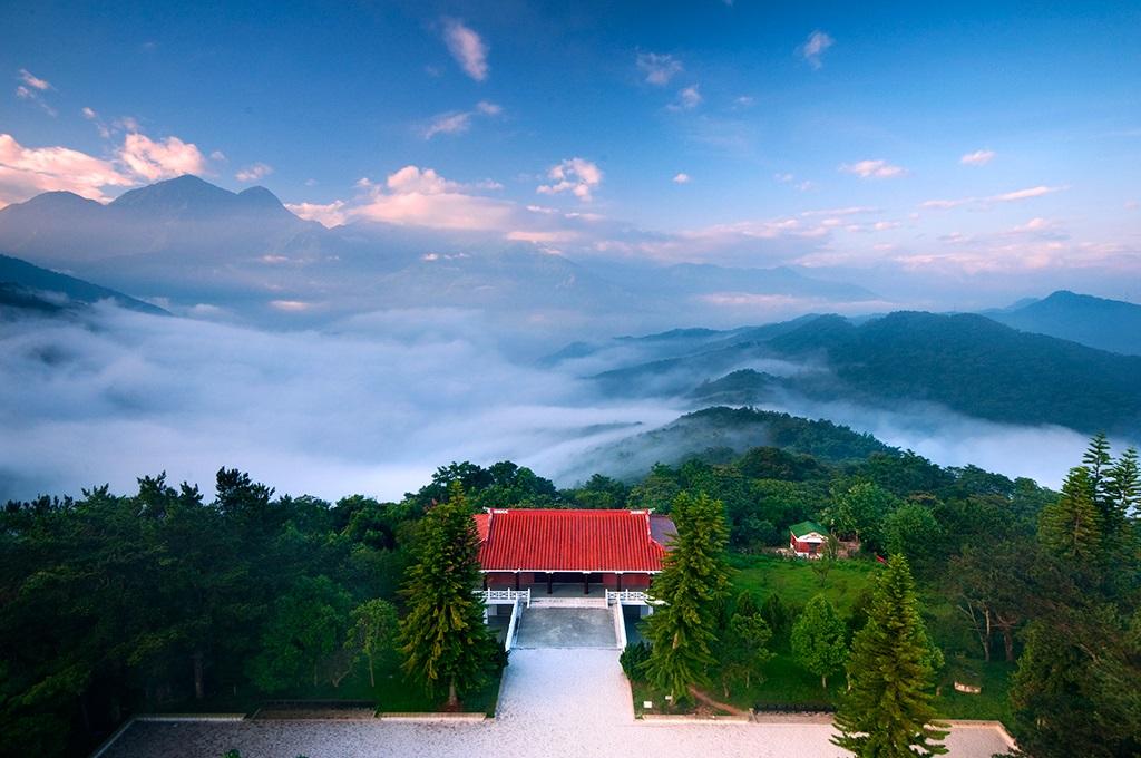 站在山上俯瞰日月潭景色