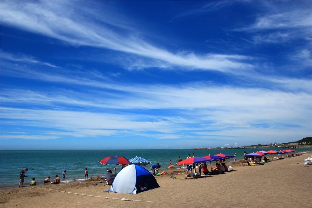来浅水湾沙滩休闲的人众多