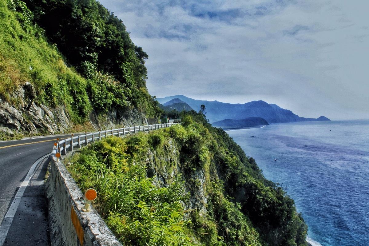 苏花公路两侧是悬崖峭壁