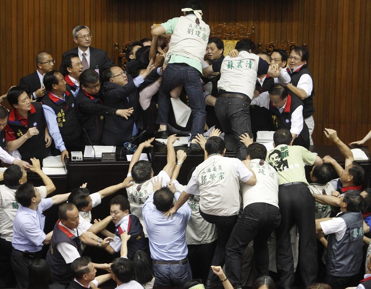 国民党 民进党在立法院打架